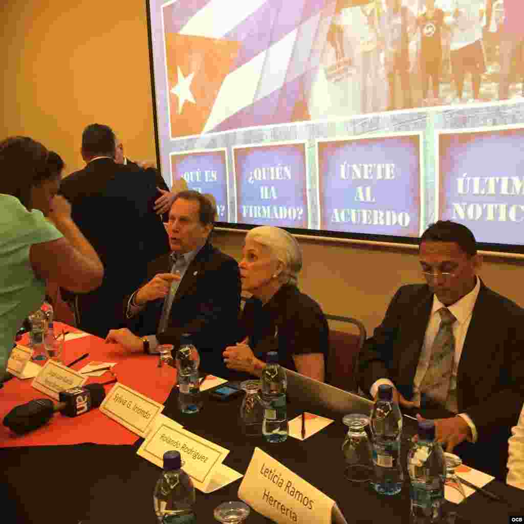 El excongresista estadounidense de origen cubano Lincoln Diaz-Balart, la activista cubana exiliada en EEUU Silvia Iriondo y el activista cubano Rolando Rodríguez Lobaina.