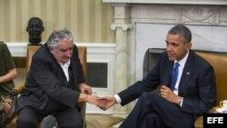 El presidente de Uruguay, José Mujica (i), estrecha la mano del presidente de Estados Unidos, Barack Obama (d), durante su comparecencia conjunta ante la prensa en la Casa Blanca.