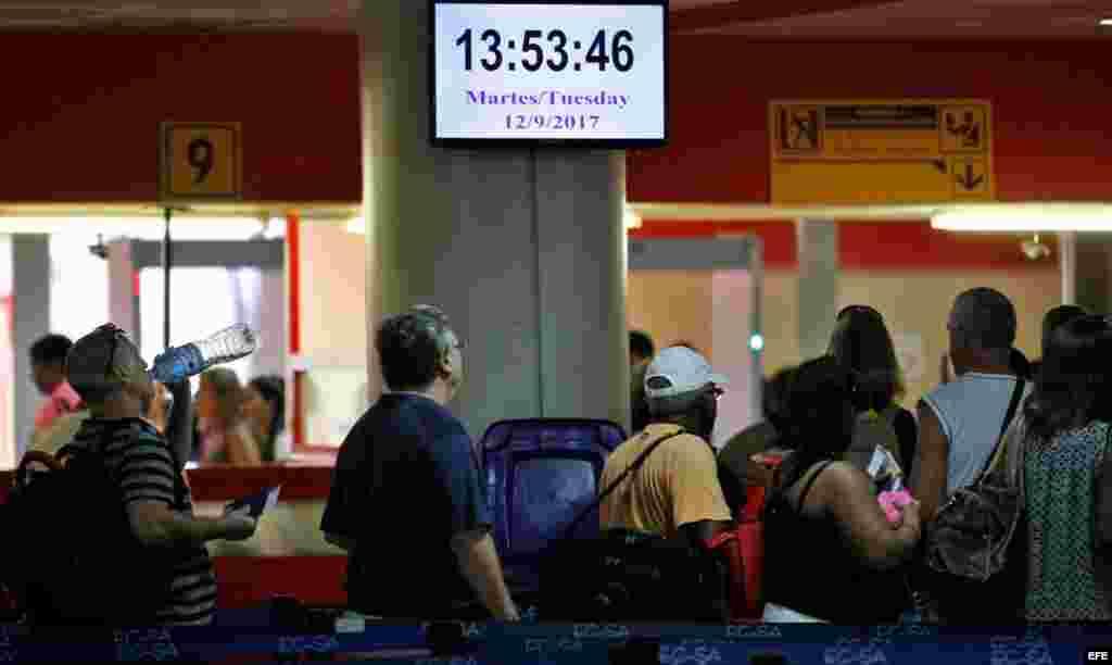 Turistas hacen fila en el aeropuerto José Martí hoy, martes 12 de septiembre de 2017, en La Habana (Cuba).