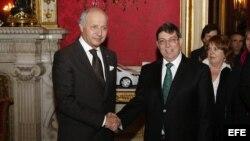 Los cancilleres de Cuba(d) y Francia (i) durante su reunión en París.