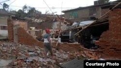 """Una mujer observa los destrozos ocasionados a su hogar por el paso del huracán """"Sandy"""" en la ciudad de Guantánamo (Cuba).EFE/Miguel Rubiera"""
