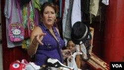 """Las """"trapishoppings"""" ofrecen ropa importada de mejor caliad y a mejor precio que las """"shoppings"""" estatales"""