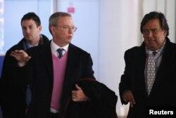 El Presidente Ejecutivo de Google Eric Schmidt (i) junto al ex gobernandor de New Mexico Bill Richardson (d) abandonar Pyongyang.