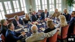 El presidente Donald Trump (centro-derecha) reunido con integrantes de su staff y miembros del gabinete.