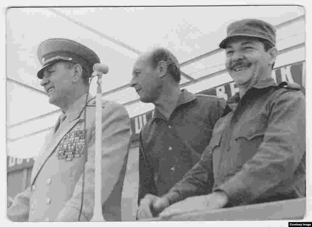 Raúl Castro (derecha), con el Mariscal Andrei A. Grechko (izq), ministro de defensa de la URSS.