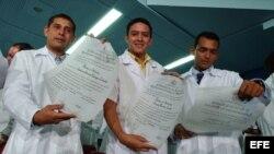 Archivo. Jóvenes recién graduados de doctores en la Escuela Latinoamericana de Ciencias Médicas (ELAM) muestran sus títulos de doctores.