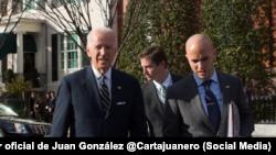 El presidente Joe Biden (izq.) junto a su asesor de Seguridad Nacional para el Hemisferio Occidental, Juan González. Tomado de @Cartajuanero
