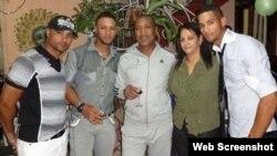 Familia Gourriel: Lourdes Jr., Yulieski, Lourdes (padre), Olga Lidia Castillo y Yunieski (i-d).