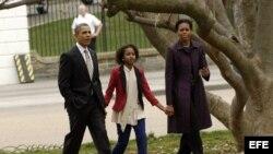 El presidente estadounidense, Barack Obama (izda), camina por el parque Lafayette junto a su mujer, Michelle Obama (dcha), y Shasha (centro), la hija de ambos.