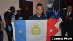 El boxeador cubano Robeisy Ramírez con la bandera de la provincia de Cienfuegos, en el centro de la isla.