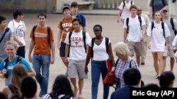 Estudiantes caminando por el recinto universitario de la Universidad de Texas en Austin (Texas) en septiembre de 2012. La universidad fue en su momento lenta para integrarse pero ahora es una de las más diversas en Estados Unidos. (© Eric Gay/AP Images)