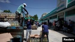 Empleados descargan mercancía el 28 de julio de 2020 en la primera tienda mayorista para el abastecimiento de cuentapropistas en La Habana (Alexandre Meneghini/Reuters).