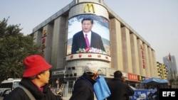 Una pantalla gigante muestra al vicepresidente chino Xi Jinping, en Pekín (China).