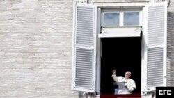 El papa Francisco bendice a los miles de peregrinos que abarrotaron la Plaza de San Pedro