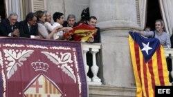 RIFIRRAFE EN EL BALCÓN DEL AYUNTAMIENTO DE BARCELONA A CUENTA DE LAS BANDERAS
