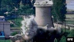 Imagen tomada de la televisión MBC de Corea del Sur que muestra la destrucción de la torre de refrigeración de la planta nuclear de Yongbyun