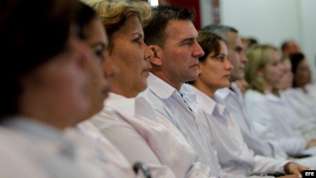 cd83d5a46d5e3 Un grupo de médicos extranjeros participa en un entrenamiento en la  Universidad de Brasilia (Brasil