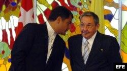 ARCHIVO. Raúl Castro y Rafael Correa.