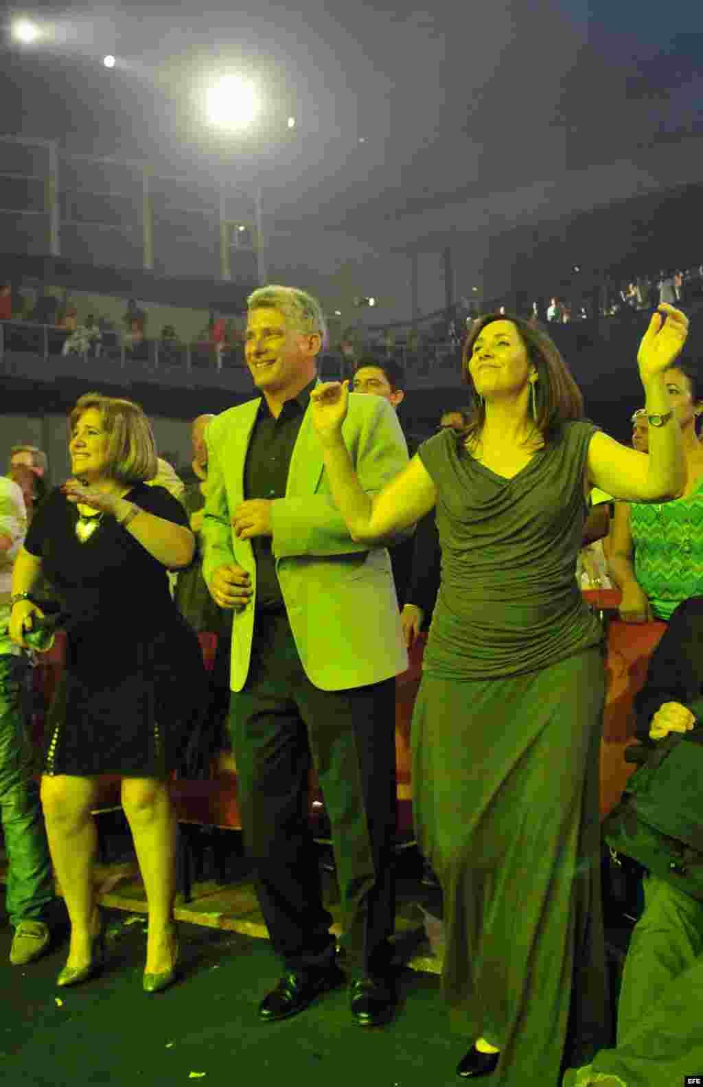 Díaz-Canel baila junto a Mariela Castro durante una gala contra la homofobia en el teatro Karl Marx de La Habana. (Archivo)