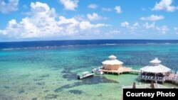 Morrits Tortuga Club, en el este de Grand Cayman. Al fondo la barrera de arrecifes.