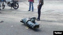 La cabeza de la estatua de Hugo Chávez derribada por los pobladores de Villa del Rosario, Zulia