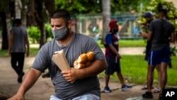 Un cubano montando bicicleta. AP Photo/Ramon Espinosa)