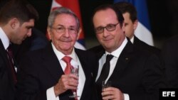 Brindis en el Palacion del Elíseo entre Raúl Castro y Francois Hollande.