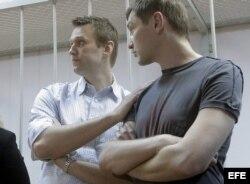 El bloguero ruso disidente Alexei Navalny (izda) y su hermano Oleg (dcha) tras escuchar su sentencia en Moscú (Rusia).