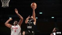El jugador Facundo Ampazzo (c) de Argentina lanza sobre Javier Jústiz (i) de Cuba, durante un juego del Torneo FIBA Américas.