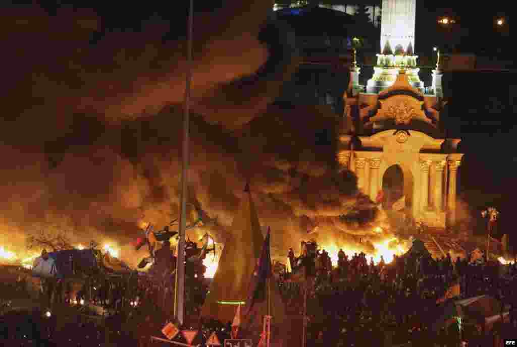 Vista del humo que proviene de la quema de neumáticos en la Plaza de la Independencia donde continúan las protestas en Kiev (Ucrania) hoy, martes 18 de febrero de 2014.