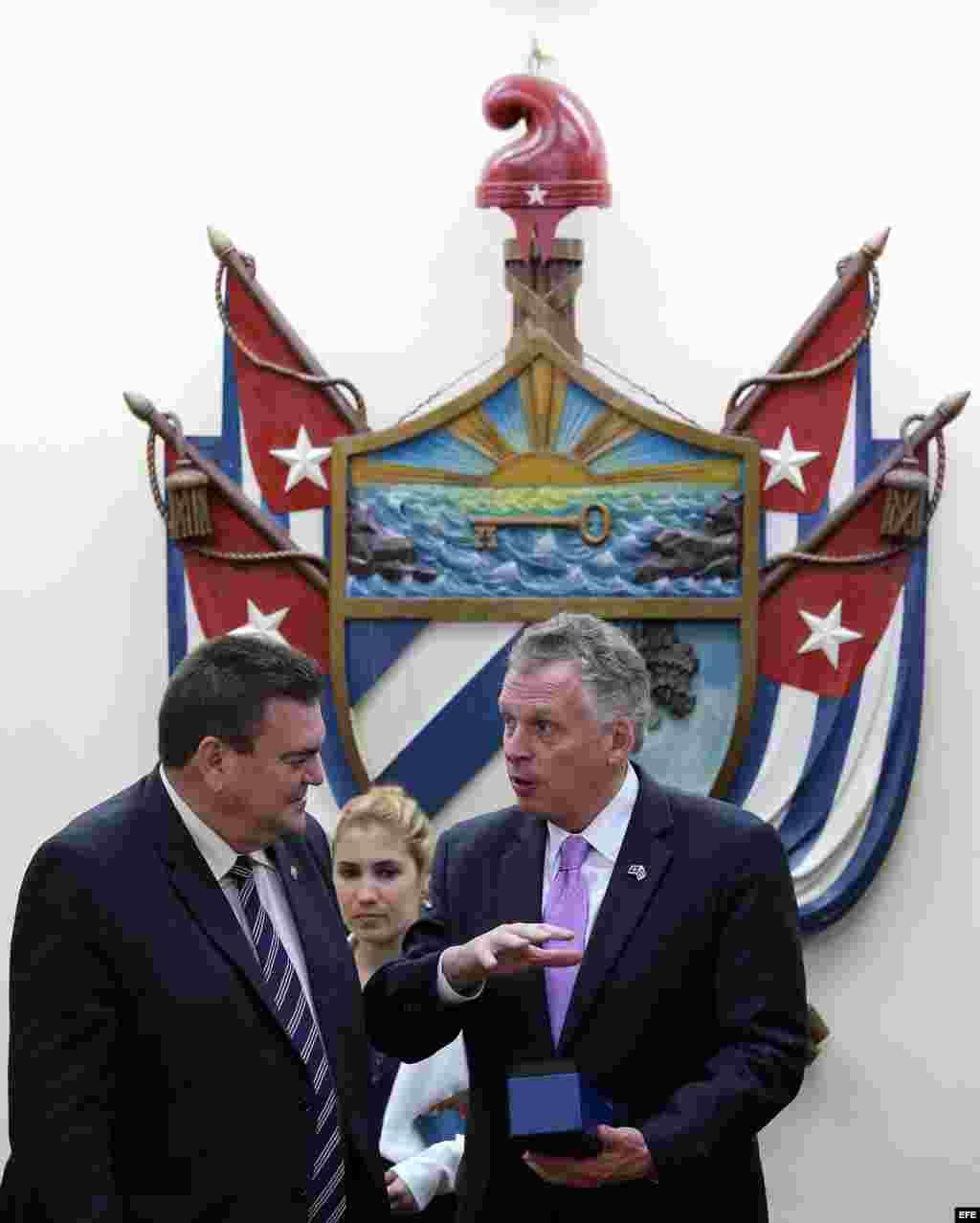 El gobernador del estado de Virginia (EEUU), Terry McAuliffe (d), conversa con el rector de la Universidad de La Habana (Cuba), Gustavo Cobreiro Suárez (i), durante una visita hoy, lunes 04 de enero de 2016, en La Habana.