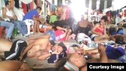 Más de 300 cubanos permanecen en una bodega de Turbo, en Colombia.