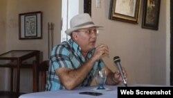El historiador manzanillero Delio Orozco, en una de sus charlas en instituciones locales.