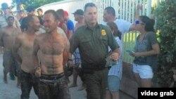 Pies secos: cubanos llegados por mar a Dania Beach, Florida, son escoltados por la patrulla fronteriza.