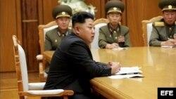 El gobernante norcoreano Kim Jong Un preside una reunión de emergencia con sus generales.