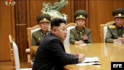 El líder de Corea del Norte, Kim Jong-un, que preside una reunión de emergencia con el Comité Central Militar del Partido de los Trabajadores. Captura de video del canal Central de Televisión de Corea facilitada por la agencia coreana Yonhap.