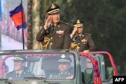 El primer ministro Hun Sen (iz) junto a su hijo Hun Manet en desfile militar.