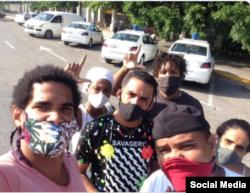 Amigos de Maykel Osorbo ante la estación policial en La Habana.