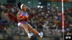 Yarisley Silva compite en la prueba de salto con pértiga femenino en los mundiales de atletismo que se celebran en el Estadio Nacional en Pekín (China).