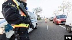 Policías fronterizos franceses revisan vehículos en la frontera entre Francia y Alemania luego de los ataques terroristas del viernes en París.