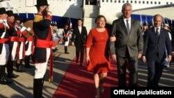 El gobernante Miguel Díaz-Canel y su esposa Lis Cuesta al llegar a Buenos Aires, en una foto publicada por el sitio oficial de la Presidencia de Cuba.