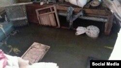Un apartamento del primer piso permanece inundado de aguas negras. (Foto: Facebook)