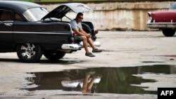 La mayoría de los taxistas privados o boteros trabajan en carros americanos de los años cincuenta y viejos autos de fabricación soviética.