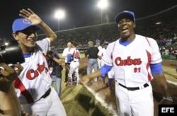 Cionel Félix Pérez (i) y Raciel Sánchez celebran el triunfo de la novena cubana sobre Nicaragua.