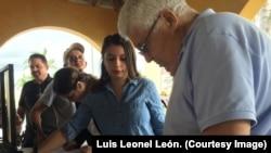 Cubanos de todas las edades piden que Raúl Castro sea procesado por crímenes de lesa humanidad.