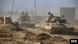 Varios soldados israelíes descansan encima de varios tanques en una zona de la franja de Gaza, al sur de Israel.