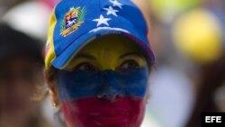 Una mujer participa en una manifestación de mujeres en el suroeste de Caracas