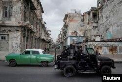 Un vehículo de las fuerzas especiales patrulla las calles de La Habana. REUTERS/Alexandre Meneghini