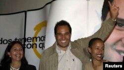 Archivo - Lázaro Cárdenas Batel (c) celebra la victoria como gobernador en el estado de Michoacán por el PRD, junto a su esposa, la cubana Mayra Coffigny (d) y Amalia Garcia (i), entonces presidenta del PRD.
