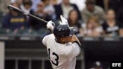 El tercera base de los Yankees Alex Rodríguez batea un sencillo el lunes 5 de agosto de 2013, al inicio del juego contra los Medias Blancas de Chicago en el U.S. Cellular Field en Chicago, Illinois.